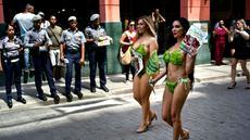Aktivis Ethical Treatment of Animals alias PETA berkampanye di jalanan Havana, Kuba, Kamis (2/3). Mereka mengajak masyarakat untuk beralih dengan gaya hidup vegetarian. (AP Photo/ Ramon Espinosa)