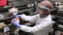 Petugas melakukan pengecekan darah hasil donor di PMI Kota Tangerang, Kamis (28/5/2020). Di tengah pandemi  Covid-19 yang penyebarannya semakin masif, PMI Kota Tangerang tetap memberikan pelayanan donor darah dengan melakukan protokol kesehatan. (Liputan6.com/Angga Yuniar)