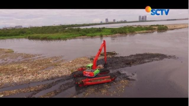 Hamparan air di Teluk Jakarta sudah muncul di pelupuk mata.  Lapisan yang selama ini hilang tertimbun ratusan ton sampah, kini sudah mulai bisa dijumpai kembali.