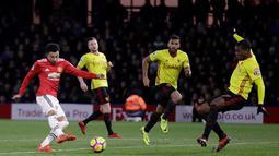 Pemain Manchester United, Jesse Lingard melakukan tendangan ke gawang Watford pada laga pekan ke-14 Premier League 2017-2018 di Vicarage Arena, Selasa (28/11). Manchester United mengatasi perlawanan tim tuan rumah Watford dengan skor 4-2. (AP/Matt Dunham)