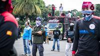 Buruh dari KSPI melakukan demonstrasi di kawasan Patung Kuda, Jakarta, Senin (12/4/2021). Buruh menutut pembayaran THR 2021 secara penuh, meminta MK membatalkan Omnibus Law, pemberlakuan UMSK, dan mendesak Kejaksaan Agung mengusut dugaan korupsi BPJS Ketenagakerjaan. (Liputan6.com/Faizal Fanani)