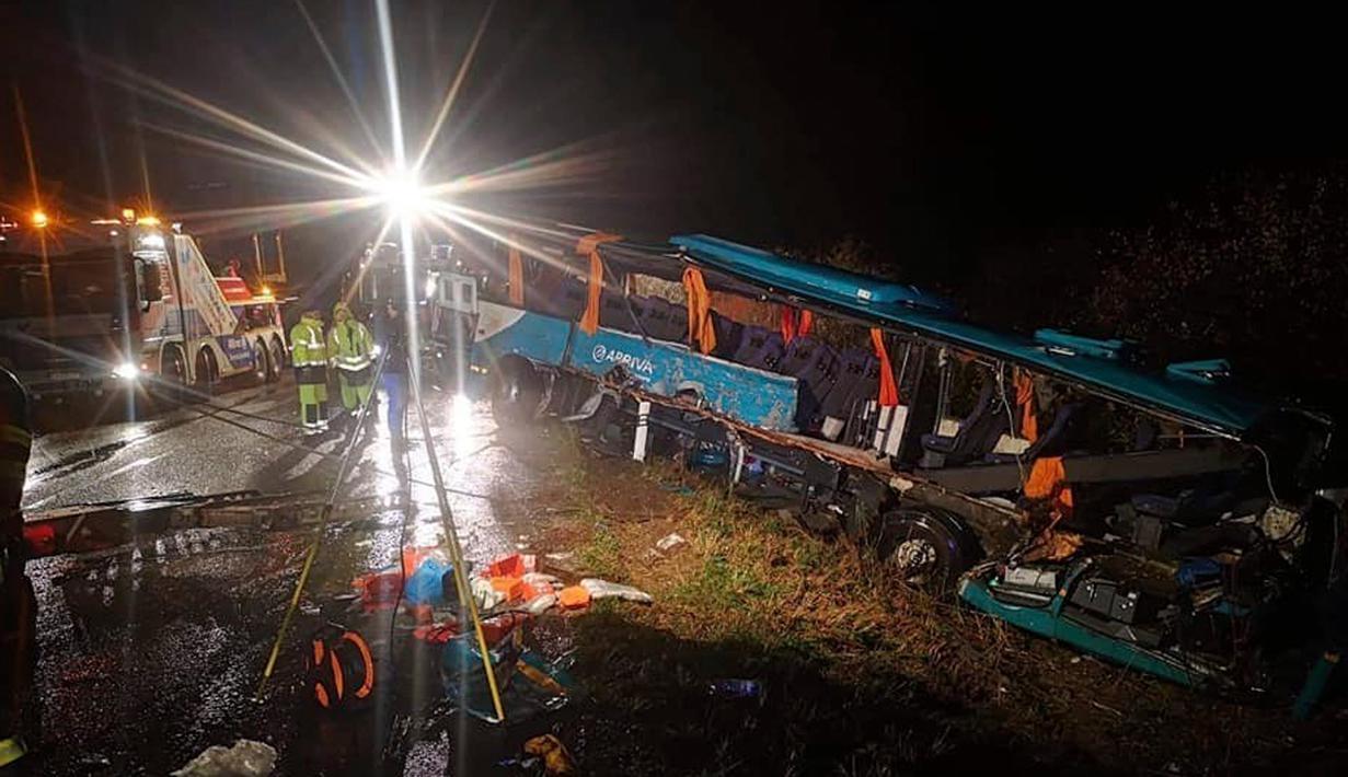 Sebuah bus ditarik keluar setelah terlibat kecelakaan dengan truk di Nitranske Hrnciarovce, Slovakia, Rabu (13/11/2019). Para pejabat mengatakan kecelakaan tersebut menewaskan 12 orang dan melukai 20 lainnya. (HaZZ-Presidium of Fire and Rescue Corps via AP)