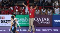 Pelatih timnas basket putra Indonesia, Fictor Gideon Roring memberi arahan saat melawan Korea pada babak penyisihan Grup A Basket Putra Asian Games 2018 di Jakarta, Selasa (14/8). Indonesia kalah 65-104. (Liputan6.com/Helmi Fithriansyah)