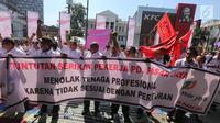 Serikat Pekerja (SP) PD Pasar Jaya membentangkan spanduk dalam unjuk rasa di depan Kantor PD Pasar Jaya, Jakarta, Rabu (2/8). Selain keberatan dengan pengangkatan tenaga profesional, mereka juga menyoroti kesenjangan pendapatan (Liputan6.com/Angga Yuniar)