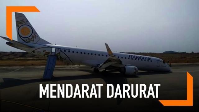 Sebuah pesawat komersial Myanmar terpaksa mendarat tanpa menggunakan roda depan. Untungnya kejadian ini tak membuat 89 penumpang terluka.