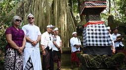 Turis Ceko, Sabina Dolezalova (kiri) dan Zdenek Slouka (dua kiri) saat akan mengikuti upacara guru piduka di Pura Beji, Ubud, Bali, Kamis (15/8/2019). Sabina dan Zdenek sudah meminta maaf atas ulah mereka yang cebok menggunakan air suci di pancuran Pura Beji. (SONNY TUMBELAKA/AFP)