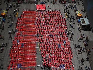 Aksi Ratusan Warga Lakukan Yoga Massal di Jalanan Times Square