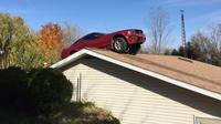 mobil 'terbang' itu kemudian mendarat di atas atap rumah