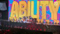"""Selebritis saat menghibur penonton pada Penutupan Asian Para Games 2018 di Stadion Madya, Gelora Bung Karno, Jakarta, Sabtu (13/10). Upacara penutupan bertajuk """"We Are One Wonder"""" dihadiri oleh Wakil Presiden RI Jusuf Kalla. (merdeka.com/Imam Buhori)"""