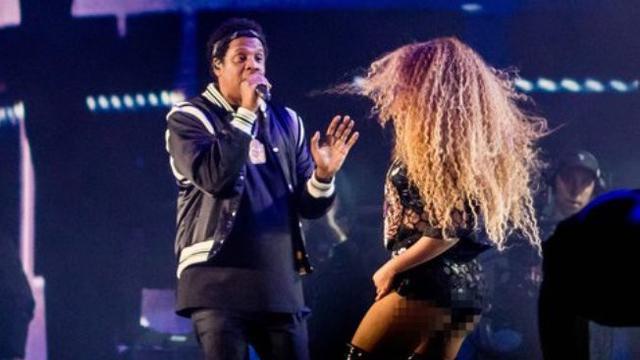 Beyonce juga tampil bersama Jay Z