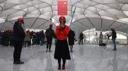 Seorang wanita berbicara di teleponnya di terminal Bandara Internasional Daxing Beijing di pinggiran Beijing, China (1/3). Pembangunan terminal bandara ini menghabiskan dana hingga 12 miliar dollar AS atau sekitar Rp 175 triliun. (AP Photo/Ng Han Guan)