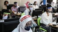 Peserta mengenakan masker dan pelindung wajah saat mengikuti Seleksi Bersama Masuk Perguruan Tinggi Negeri (SBMPTN) di Universitan Negeri Jakarta, Minggu (5/7/2020). Sebanyak 42.463 peserta mengikuti SBMPTN dengan prosedur protokol kesehatan. (Liputan6.com/Faizal Fanani)