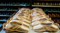 Sepatu pointe berjajar di bengkel perusahaan Grishko, Moskow, Rusia, 25 Februari 2020. Di Jepang, sepatu pointe buatan Grishko menjadi pasar teratas. (Dimitar DILKOFF/AFP)