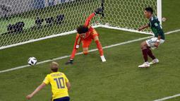 Kiper Meksiko, Guillermo Ochoa gagal menghalau bola yang masuk ke gawangnya saat melawan Swedia pada laga grup F Piala Dunia 2018 di Yekaterinburg Arena, Yekaterinburg, Rusia, (27/6/2018).  Swedia menang telak 3-0 atas Meksiko. (AP/Efrem Lukatsky)