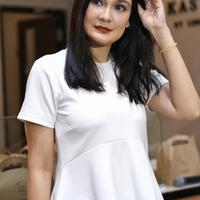 Usai membuka gerai, perempuan kelahiran Denpasar 34 tahun silam ini bercerita terkait jatuh bangunnya saat merintis usaha. Pengalaman masa lalu dijadikan kedepan untuk lebih hati-hati. (Adrian Putra/Bintang.com)