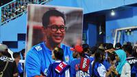 Foto pelatih Persela, Aji Santoso, menghiasi launching tim Arema FC di Stadion Kanjuruhan, Kabupaten Malang (4/5/2019). (Bola.com/Iwan Setiawan)