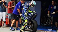 Valentino Rossi untuk pertama kalinya menjajal Yamaha YZR-M1 yang akan ia gunakan pada MotoGP tahun ini, di Sepang, Malaysia, Senin (30/1).