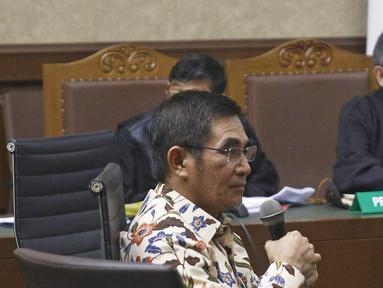 Terpidana kasus suap kuota pembelian gula impor di Perum Bulog untuk terpidana Irman Gusman mendengarkan keterangan mantan Hakim MK Hamdan Zoelva dalam sidang PK di Pengadilan Tipikor, Jakarta, Rabu (31/10). (Liputan6.com/Herman Zakharia)