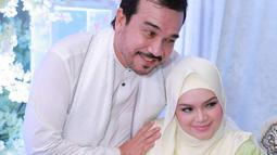 Terlihat di akun Instagramnya, Siti pun menggelar acara syukuran sekaligus aqiqah sang buah hati. Mewah nan megah, acara syukuran pengajian digelar Siti dan suami setelah tujuh hari anaknya lahir. (Instagram/ctdk)