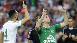 Para pemain Chapecoense bersiap menghadapi Barcelona pada laga trofi Joan Gamper di Stadion Camp Nou, Barcelona, Senin (7/8/2017). Barcelona menang 5-0 atas Chapecoense. (AP/Manu Fernandez)
