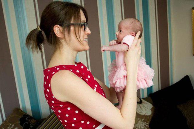 Hayley menggendong Avery dengan bahagia | foto: copyright dailymail.co.uk