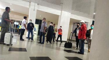 Kedatangan tim Mabes Polri dari luar daerah di Bandara Halu Oleo menggunakan pesawat diluar jadwal angkutan rutin, Selasa (5/5/2020).(Liputan6.com/Ahmad Akbar Fua)