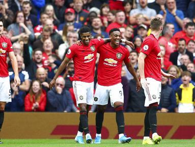 Para pemain Manchester United merayakan gol yang dicetak oleh Anthony Martial ke gawang Chelsea pada laga Premier League 2019 di Stadion Old Trafford, Minggu (11/8). Manchester United menang 4-0 atas Chelsea. (AP/Dave Thompson)