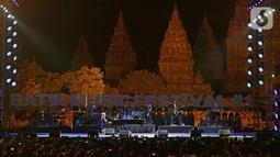 Suasana saat komposer dunia David Foster tampil dalam gelaran Batik Music Festival 2019 di Candi Prambanan, Yogyakarta, Sabtu (5/10/2019). Meski di usia yang hampir menginjak 70 tahun, David Foster tetap tampil prima di hadapan ribuan penonton. (Kapanlagi.com/Bambang Ekoros Purnama)