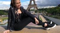 Ayu bergerak menuju spot lain yang menjadi tempat favorit untuk foto dengan latar belakang Menara Eiffel. Ia pun sempat bercanda, menyebut backgoundnya seperti Paris betulan.(Liputan6.com/IG/@ayutingting92)