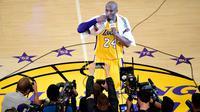 Ekspresi emosional Kobe Bryant setelah pertandingan terakhirnya bersama Los Angeles Lakers melawan Utah Jazz di Los Angeles, California, AS, (13/4/2016). Kobe Bryant pensiun dari basket setelah NBA musim ini berakhir. (AFP/Frederic J. Brown)