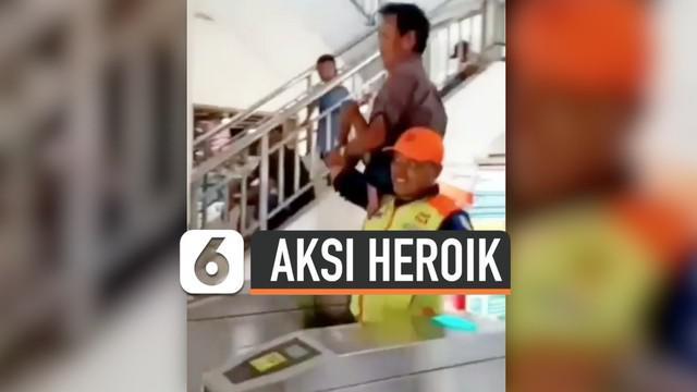 Seorang petugas stasiun kereta api, lakukan aksi heroik yang membuat warga yang melihat terharu. Ia menggendong penyandang disabilitas untuk membantu melewati pintu peron.