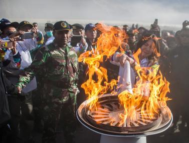 Susi Susanti Pimpin Penyalaan Api di Kaldron Gunung Bromo