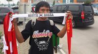 Penjual menjajakan dagangan di Stadion Pakansari, Cibinong, saat semifinal sepak bola Asian Games 2018, Rabu (29/8/2018). (Bola.net/Fitri Apriani)
