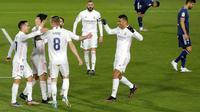 Para pemain Real Madrid merayakan gol yang dicetak oleh Marco Asensio ke gawang Celta Vigo pada laga Liga Spanyol di Stadion Alfredo Di Stefano, Sabtu (2/1/2021). Real Madrid menang dengan skor 2-0. (AP/Manu Fernandez)