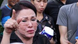 Mpok Atiek merasa sangat bersalah karena tidak sempat mengunjungi Olga saat terbaring sakit. Foto diambil pada Sabtu (28/3/2015). (Liputan6.com/Helmi Afandi)