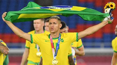 Brasil sukses mempertahankan medali emas cabang sepak bola putra setelah mengalahkan Spanyol di final Olimpiade Tokyo 2020. Gelar top skor pun diraih andalannya di lini depan, Richarlison yang mengoleksi 5 gol. Berikut daftar lengkap top skor Olimpiade Tokyo 2020. (Foto: AFP/Tiziana Fabi)