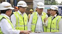 Menhub Budi Karya Sumadi (kedua kiri), Menteri PUPR Basuki Hadimuljono (kedua kanan), dan Menteri BUMN Rini Soemarno saat meresmikan pembangunan proyek rumah susun dengan konsep Transit TOD di Jakarta, Selasa (15/8). (Liputan6.com/Yoppy Renato)