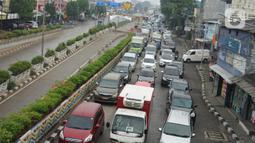 Kendaraan terjebak macet di dekat terowongan Senen yang ditutup sementara di Jakarta, Senin (4/5/2020). Penutupan terowongan dari arah Cempaka Putih menuju ke Monas tersebut dilakukan selama 10 hari karena adanya proyek pengerjaan Underpass Senen Extension. (Liputan6.com/Immanuel Antonius)