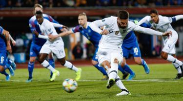 Penyerang timnas Prancis, Olivier Giroud mencetak gol hasil tendangan penalti ke gawang Islandia dalam laga lanjutan Grup H Kualifikasi Piala Eropa 2020. di Stadion Laugardalsvollur, Reykjavik, Jumat (11/10/2019). Gol tunggal Giroud antarkan Prancis menang 1-0 atas Islandia. (AP/Brynjar Gunnarsson)