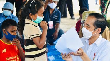 6 Potret Presiden Jokowi Tinjau Langsung NTT, Hibur Anak-anak di Pengungsian