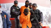 Polisi menggiring tersangka kasus istri bunuh dan bakar suami serta anak tiri di Polda Metro Jaya, Jakarta, Senin (2/9/2019). Polisi membekuk empat tersangka terkait pembunuhan ECP dan MAP. (Liputan6.com/Immanuel Antonius)