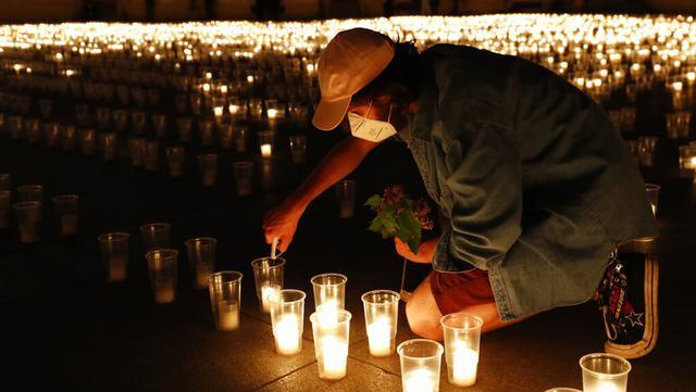 Seorang pria menyalakan lilin untuk memperingati para korban pandemi virus corona COVD-19 di Kastil Praha, Praha, Republik Ceko, Senin (10/5/2021). Republik Ceko melonggarkan pembatasan terkait COVID-19 secara besar-besaran kendati hampir 30 ribu orang telah meninggal. (AP Photo/Petr David Josek)