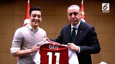 Mesut Ozil, yang memutuskan pensiun dari timnas Jerman. Ozil mengambil sikap tersebut karena adanya perlakuan rasis dan sikap tidak hormat terhadap dirinya.