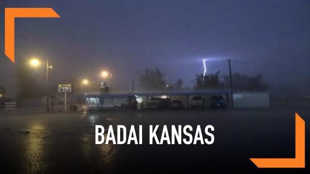 Badai menyapu wilayah barat Kansas dengan membawa hujan es dan angin kencang. Kecepatan angin mencapai 80 mph.
