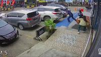 (Bam Sinulingga)  Rekaman CCTV detik-detik perampok bersenjata tajam bawa kabur uang wanita pemilik toko bangunan di Bekasi. (Istimewa