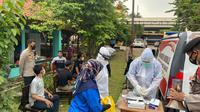 Tenaga pengajar dan staf di SMKN 01 Cikarang Barat menjalani vaksinasi Covid-19 jelang PTM terbatas pada Juli 2021. (Foto: Istimewa)