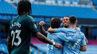 Para pemain Manchester City merayakan gol pembuka yang dicetak rekannya ke gawang Newcastle United pada lanjutan pertandingan Liga Inggris di Etihad Stadium, Kamis (9/7/2020) dini hari WIB. Manchester City menang telak 5-0 atas tamunya Newcastle United. (Lee Smith/Pool via AP)
