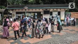 Antrean wisatawan saat mengunjungi Taman Margasatwa Ragunan, Jakarta, Jumat (14/5/2021). Taman Margasatwa Ragunan diperuntukan khusus bagi warga ber-KTP DKI Jakarta. (merdeka.com/Iqbal S. Nugroho)