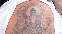 File foto pada 22 April 2014 memperlihatkan tato Sang Buddha di lengan Naomi Coleman asal Inggris. Coleman, seorang perawat kesehatan mental, mengambil langkah hukum terhadap pihak berwenang Sri Lanka sekembalinya ke Inggris. (Lakruwan WANNIARACHCHI/AFP)