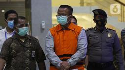 Menteri Kelautan dan Perikanan, Edhy Prabowo (tengah) digiring petugas sesaat sebelum rilis penetapan tersangka kasus dugaan suap penetapan calon eksportir benih lobster di Gedung KPK Jakarta, Rabu (25/11/2020). Edhy ditahan KPK bersama empat orang lainnya. (Liputan6.com/Helmi Fithriansyah)